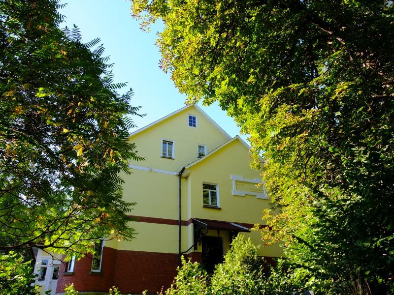 Rote Villa Themar Blick von vorne im Sommer