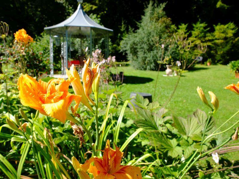 Der Garten mit Pavillon in der Roten Villa in Themar