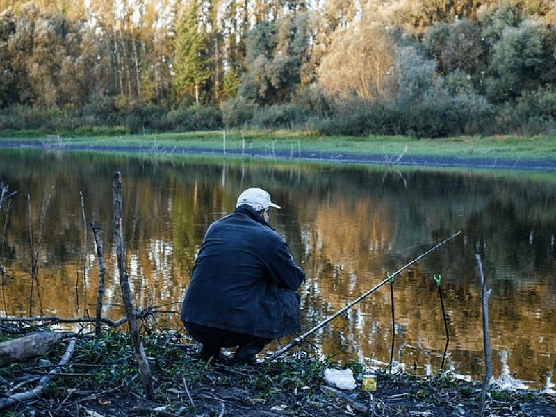 Ein Angler am Fluss