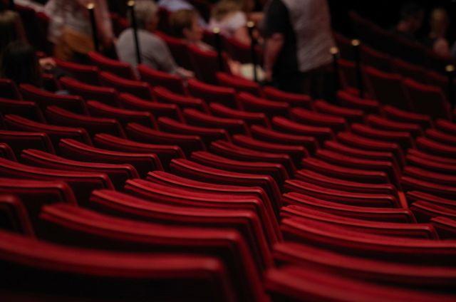 Stühle in einem Theater